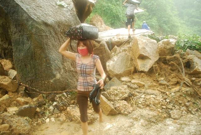 Sa Pa: Lở đất đá, xe cộ kẹt dài hơn 3 km - ảnh 6