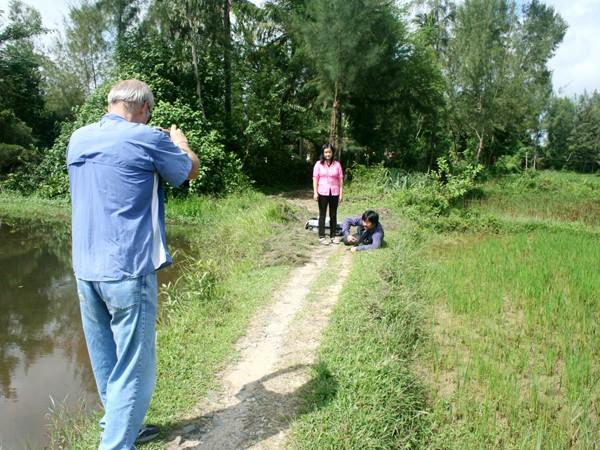 """Ronald Haeberle chụp lại anh em Đức- Hà tại chính địa điểm của """"hai đứa trẻ Mỹ Lai"""" ngày trước. ảnh: Trương Duy Nhất"""