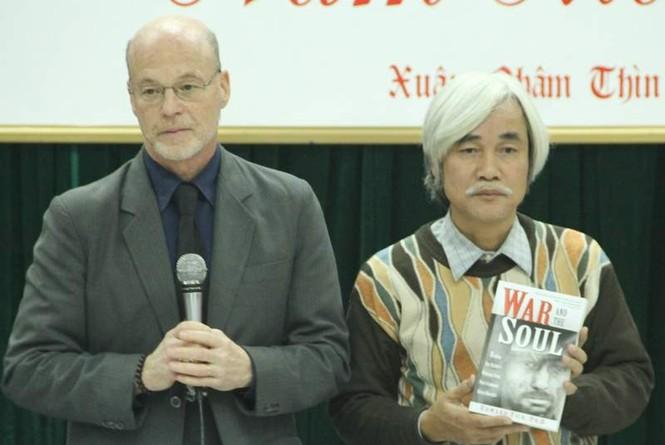 Ông Edward Tick trao sách cho Chủ tịch Hội Nhà văn Hà Nội. Ảnh: T.Toan