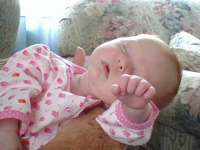 Những kiểu ngủ gật đáng yêu của bé - ảnh 13