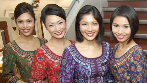 Tiếp viên Singapore trong bộ đồng phục