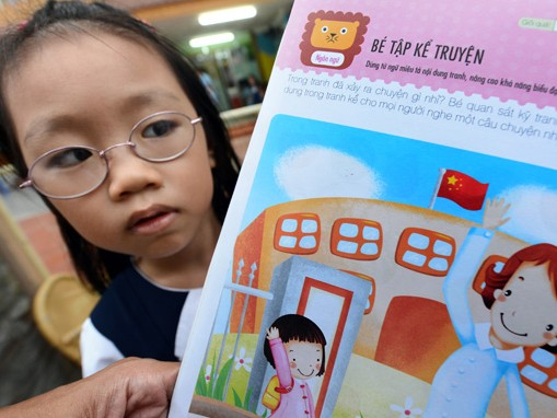 Trang 16 cuốn sách Phát triển toàn diện trí thông minh cho trẻ dành cho các em nhỏ chuẩn bị vào lớp 1 của Nhà xuất bản Dân Trí đăng cờ của Trung Quốc. Ảnh: Thuận Thắng