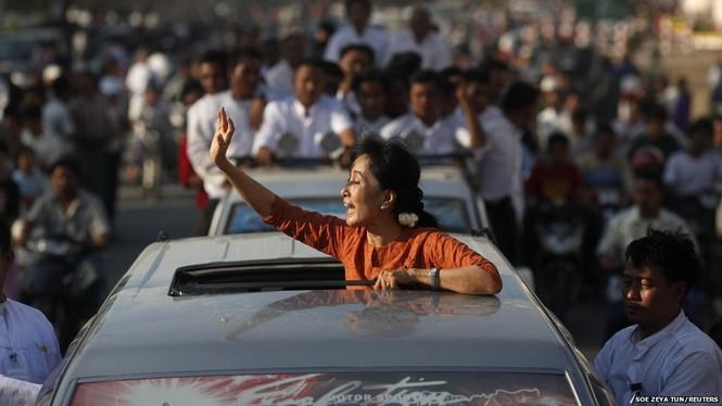 Nhà lãnh đạo thân dân chủ Miến Điện – bà Aung San Suu Kyi trong một chiến dịch tranh cử bầu cử. Ảnh: BBC