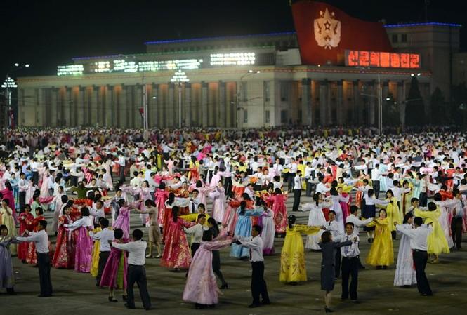 Nam , nữ diễn viên tập nhảy trước tại một sân tập thủ đô Bình Nhưỡng.