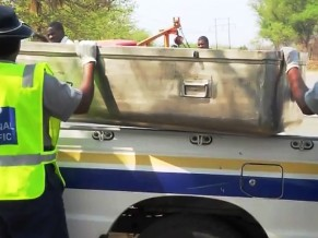 Cảnh sát đưa chiếc quan tài bằng thép về
