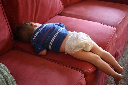 Những kiểu ngủ gật đáng yêu của bé - ảnh 5