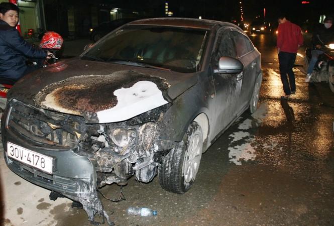 Chiếc xe Lacatti bị cháy ở Hà Đông chiều 8-2