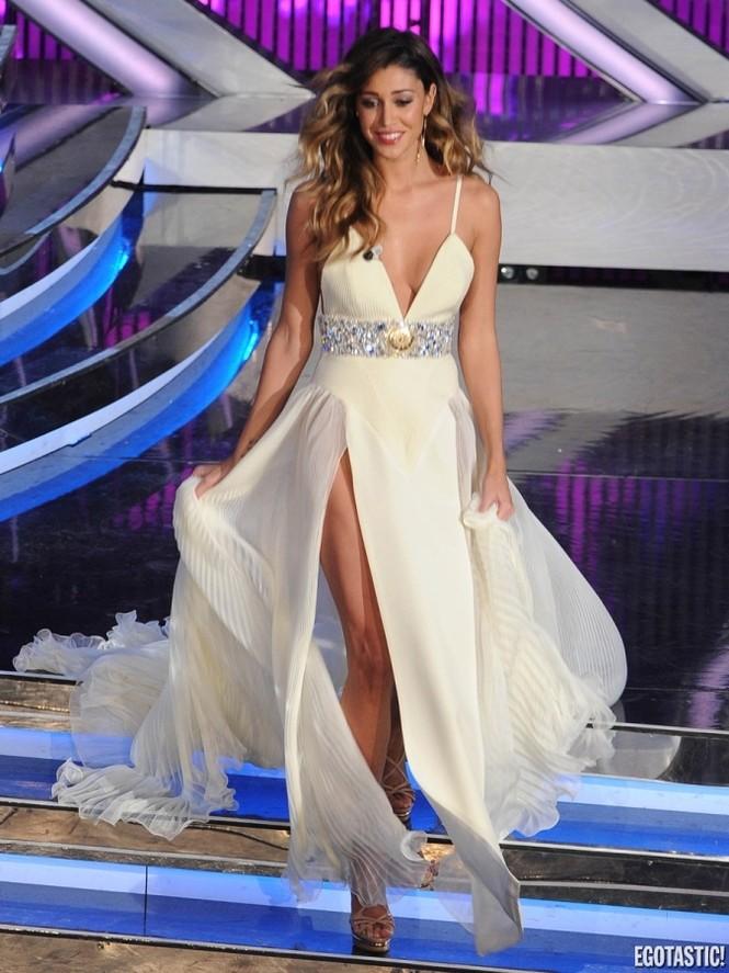 Chiếc váy thứ 3 mà Belen Rodriguez mặc cũng xẻ tứ tung