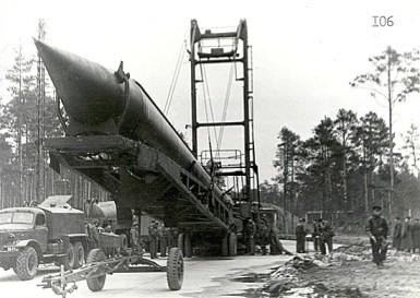 Lắp tên lửa đạn đạo lên bệ phóng tại Cuba