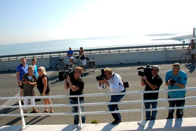 Các ký giả Hà Lan trên mặt đê ( đường cao tốc) hướng ống kính về các vị khách Việt