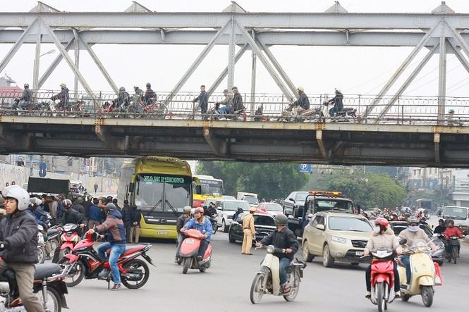 Xe khách kẹt gầm cầu Long Biên - ảnh 1