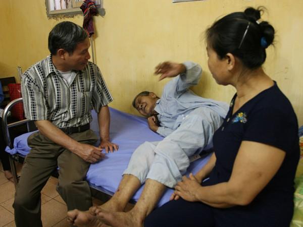Cụ Hà Văn Xuân (giữa), người thoát chết trong vụ sạt lở, đang điều trị tại BV