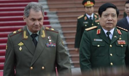Bộ trưởng Quốc phòng Việt Nam, đại tướng Phùng Quang Thanh và Bộ trưởng Quốc phòng Nga, tướng Sergei Shoigu tại Hà Nội sáng 5-3