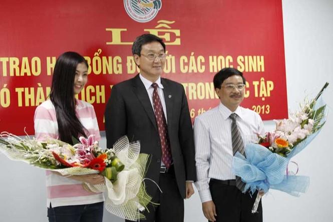 TGĐ Lưu Văn Quảng tặng hoa cám ơn Báo Tiền phong