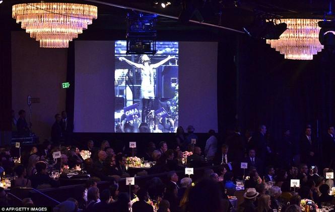 Hình ảnh Houston xuất hiện trên màn hình lớn trong một phút mặc niệm