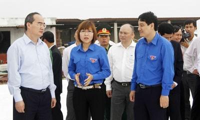 Phó Thủ tướng Nguyễn Thiện Nhân (ngoài cùng bên trái) và Bí thư tứ nhất T. Ư Đoàn Nguyễn Đắc Vinh (ngoài cùng bên phải) thăm mô hình kinh tế thanh niên tại Tiền Hải, Thái Bình.