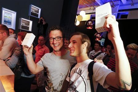 Báo chí chụp ảnh khách hàng đầu tiên mua được Galaxy S3
