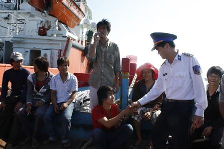 Quảng Nam: 11 ngư dân gặp nạn trở về an toàn - ảnh 8
