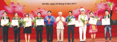 Anh Nguyễn Đắc Vinh và nguyên Phó thủ tướng Vũ Khoan trao giải thưởng cho những gương mặt trẻ Việt Nam tiêu biểu - Ảnh: Ngọc Thắng