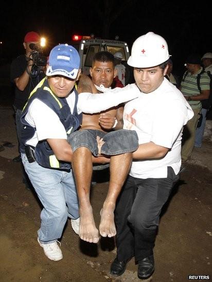 Một nạn nhân được đưa ra khỏi đống đổ nát