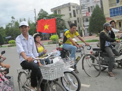 Nguyễn Mạnh Hiển (giữa) tại Cà Mau
