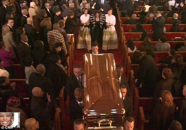 Mẹ của Whitney - bà Cissy đi sau quan tài của con gái trong lễ tang
