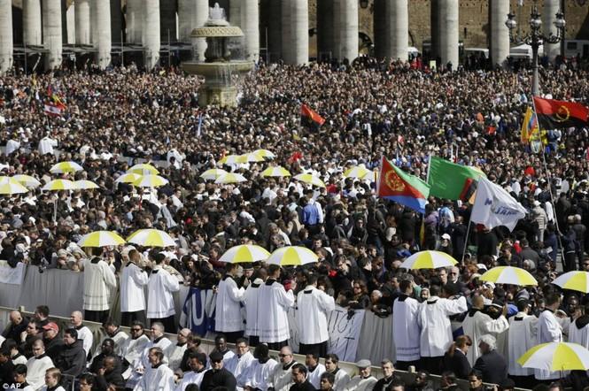 Khoảng 300.000 người có mặt tại quảng trường tòa tháng St.Peter để theo dõi sự kiện