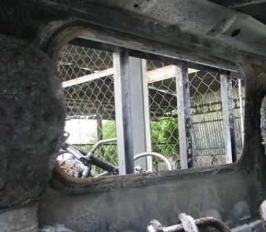 Tấm kính ngăn cách cabin và thùng sau xe bị cháy rụi...