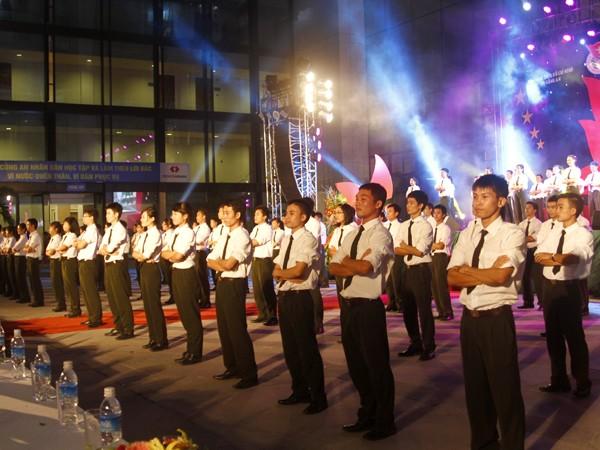 Mở màn đêm thi là màn nhảy dân vũ của 200 học viên Học viện An ninh