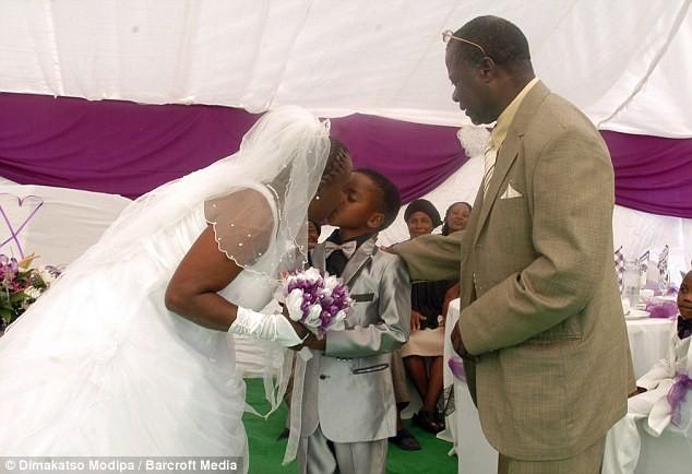 Cậu bé Sanele Masilela hôn cô dâu Helen Shabangu