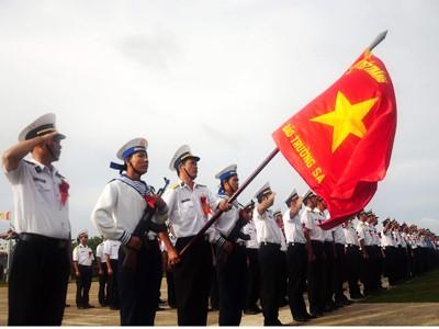 Chiến sĩ và cở Quyết thắng trên Trường Sa Lớn.             Ảnh trong bài của: Tạ Ngọc Hưng (VOV) và Trần Việt (TTXVN)