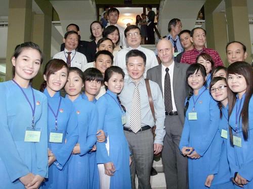 GS Ngô Bảo Châu với sinh viên Trường ĐH Mở TP.HCM. Ảnh: Bạch Dương