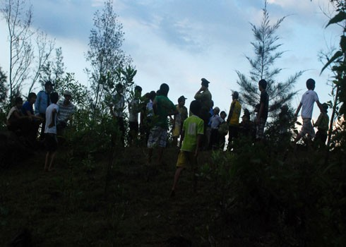 Đến tối, cuộc săn phải chấm dứt, trong khi dân địa phương vẫn tụ tập để nghe ngóng tin tức về dã thú.