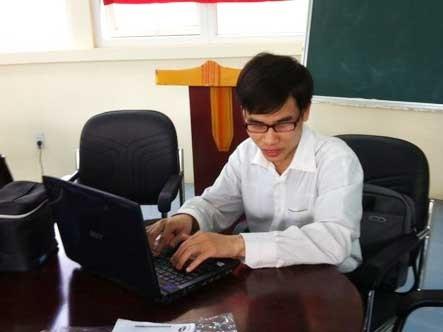 Nguyễn Văn Hùng đang sử dụng máy tính
