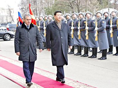 Chủ tịch Trung Quốc Tập Cận Bình (phải, hàng trước) duyệt đội danh dự cùng Bộ trưởng Quốc phòng Nga Sergei Shoigu.             Ảnh: Xinhua