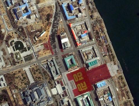 Ảnh vệ tinh chụp quảng trường Kim Nhật Thành trong lễ diễu binh và mít tinh ngày 15-4 của Triều Tiên. Ảnh: DigitalGlobe