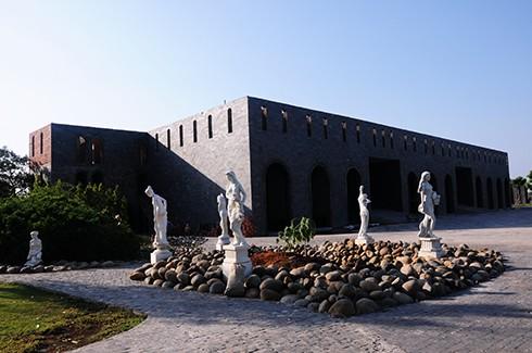 Long Island tọa lạc tại quận 9, TP HCM bao gồm nhiều biệt thự. Anh Vũ Tiến Đôn, chủ nhân, cho biết lâu đài được xây dựng năm 2000 do anh tự thiết kế và tham gia xây công trình, cũng vì thế mà giá thành rẻ hơn rất nhiều