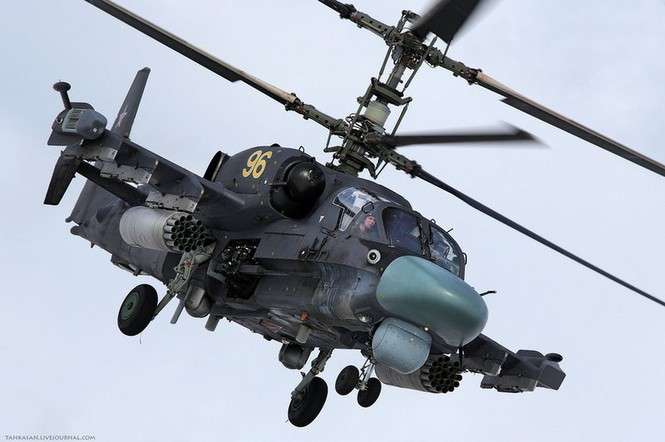 Ka-52 có 5 màn hình LED màu trên bảng điều khiển và một màn hình có kích thước nhỏ được đặt giữa hai chân của phi công lái chính. Kính buồng lái dạng cong có chức năng giảm sức cản gió và che chắn chống đạn cỡ 12,7 mm