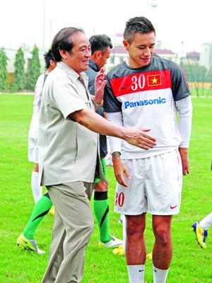 Lãnh đạo VFF thăm và động viên các cầu thủ trước khi lên đường sang Hong Kong