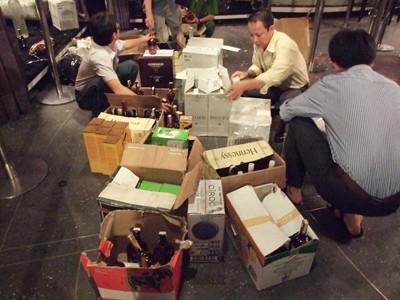 Đoàn kiểm tra đang thu những chai rượu ngoại tại bar ValVet - Ảnh T.H.V
