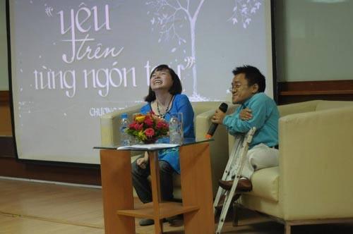 Trà My cùng diễn giả Sơn Lâm trong buổi lễ ra mắt Yêu trên từng ngón tay