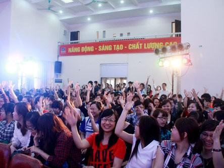 Các sinh viên rất hào hứng khi được gặp gỡ những vị khách nổi tiếng này.
