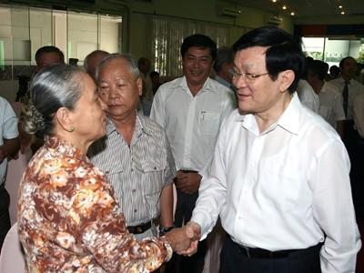 Chủ tịch nước Trương Tấn Sang thăm hỏi bà con cử tri TPHCM. Ảnh: Đào Ngọc Thạch.