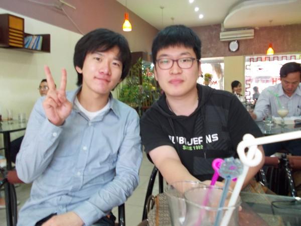 Kim Dong Hyun (phải) tại Việt Nam