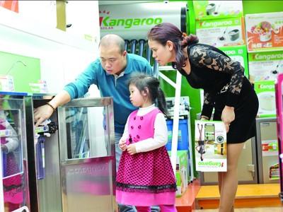 Khách hàng đang tìm hiểu về máy lọc nước của Kangaroo