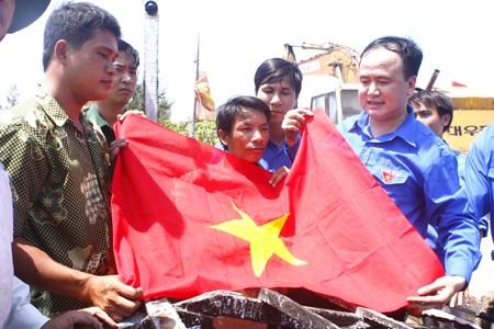 Trao cờ tổ quốc cho mỗi tàu cá