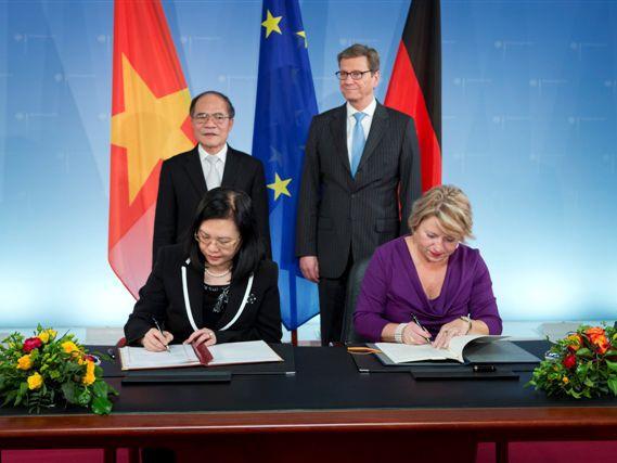 Lễ ký kết dưới sự chứng kiến của Chủ tịch Quốc hội Nguyễn Sinh Hùng và Bộ trưởng Ngoại giao Đức Guido Westerwelle. Ảnh: ĐSQ Đức cung cấp