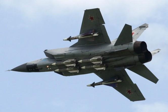 Máy bay tiêm kích chiến lược Mig-31B bay tuần phòng chiến đấu đối không (ảnh sưu tầm)