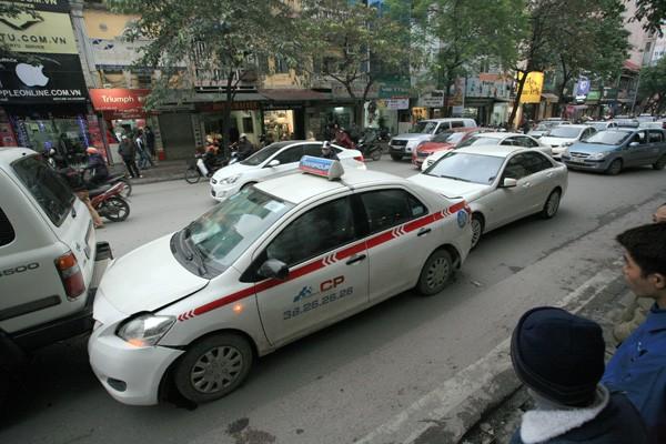 Ba ô tô đâm nhau trên phố - ảnh 7