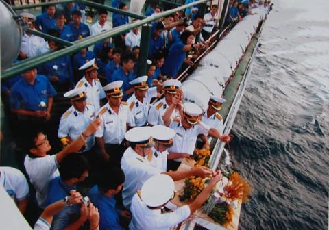 Thả vòng hương tưởng niệm các anh hùng liệt sỹ tàu không số tại vùng biển Hòn Hèo